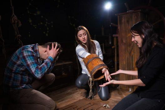 3 personer i et escape room der løser en opgave